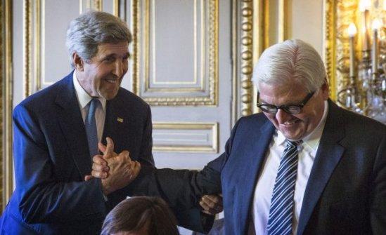 Bundesaußenminister Frank-Walter Steinmeier, hier mit seinem US-Kollegen John Kerry, soll als Kanzleramtsminister die Weitergabe von Daten über den BND an die NSA genehmigt haben. (Foto: dpa)